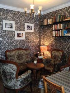 Bere caffè alla banana in un salotto vintage a Danzica