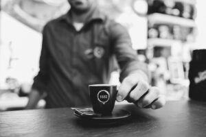 Caffè al bar, un rito tutto italiano