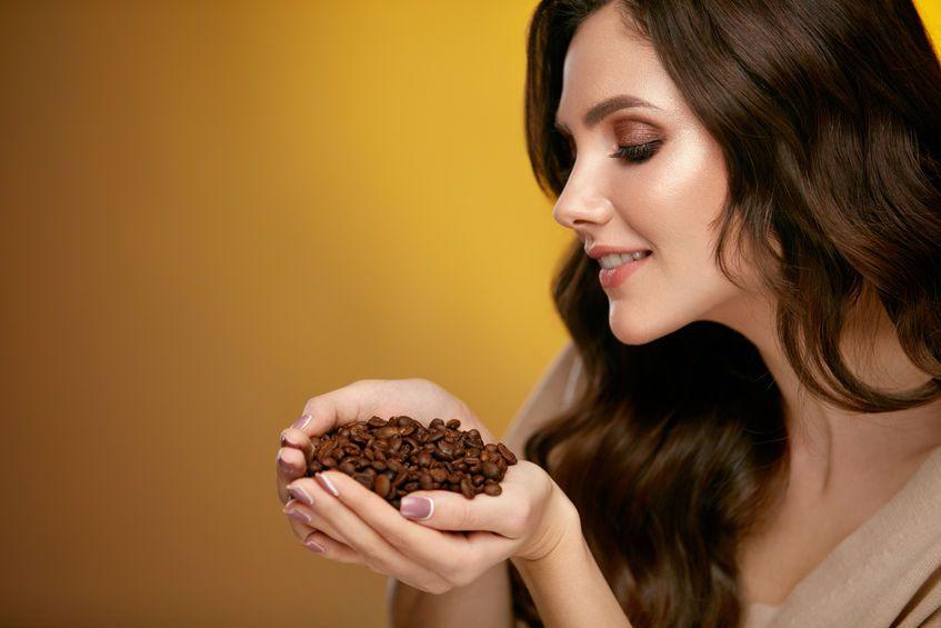 Caffè sui capelli: impacchi, balsami e trattamenti per rinforzare e ravvivare la chioma