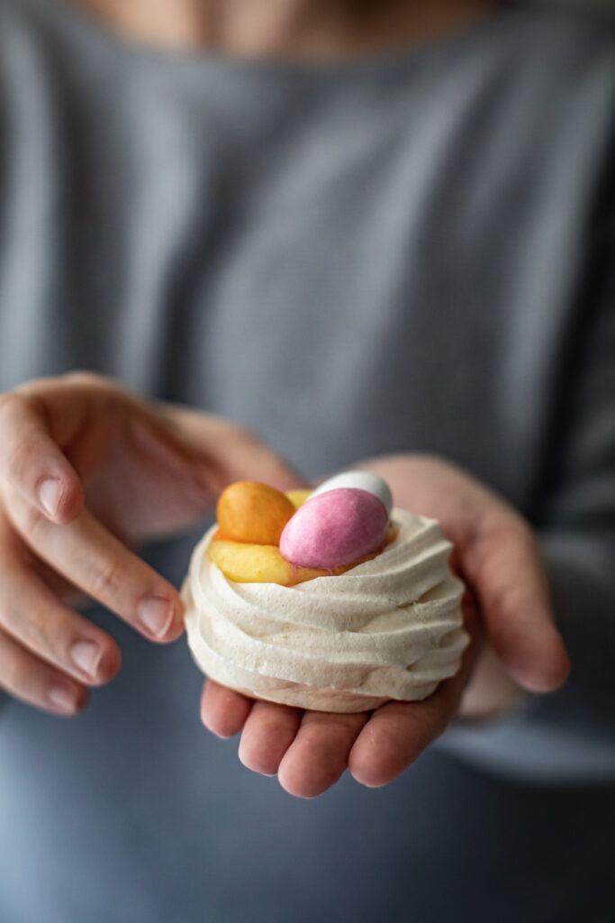 Cestini di meringhe con crema al limone e confetti di cioccolato