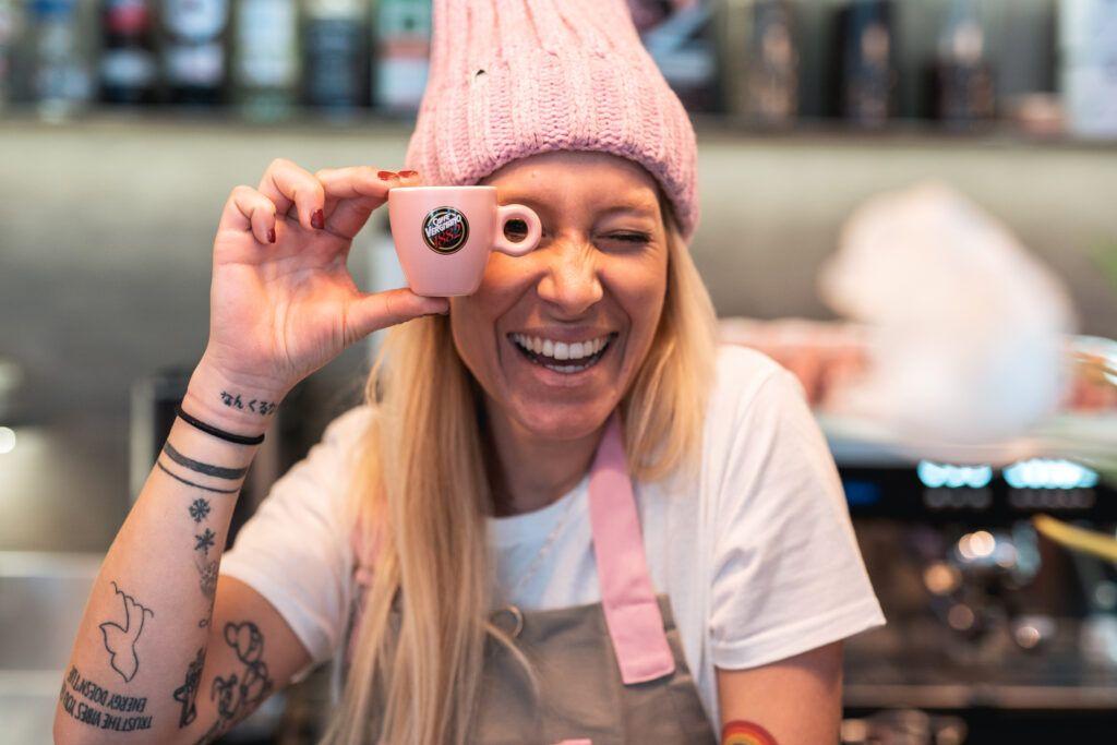 Dalle piste da sci al sogno di un bar in rosa nella sua città, la storia di Elisa