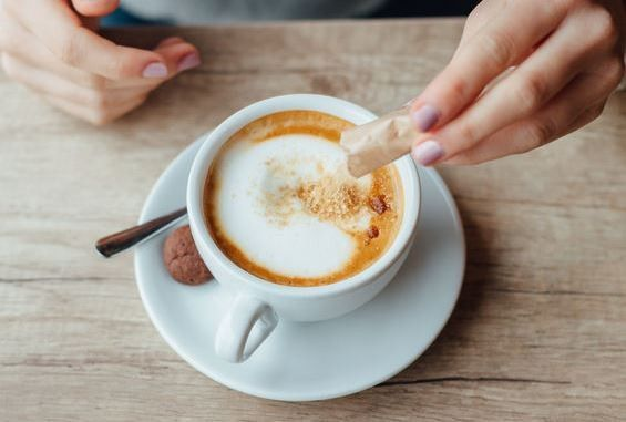 Il caffè contiene zucchero? La risposta è sì