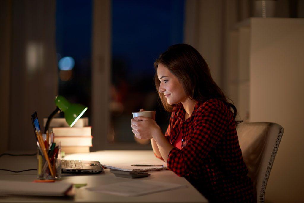 Il caffè di sera fa bene o andrebbe evitato? Il parere degli esperti