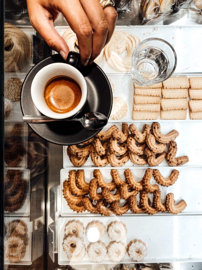 Il caffè, un luogo, un rito