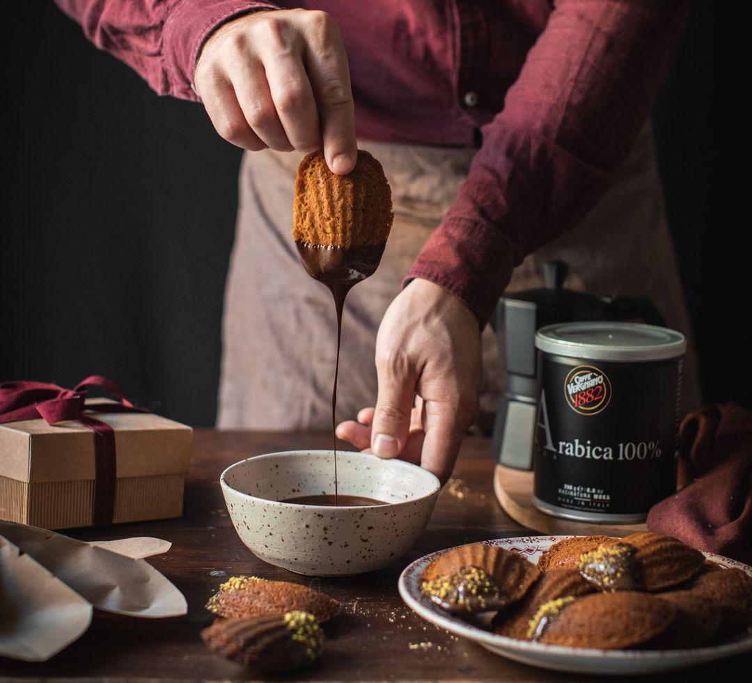Madeleine al caffè e pistacchio