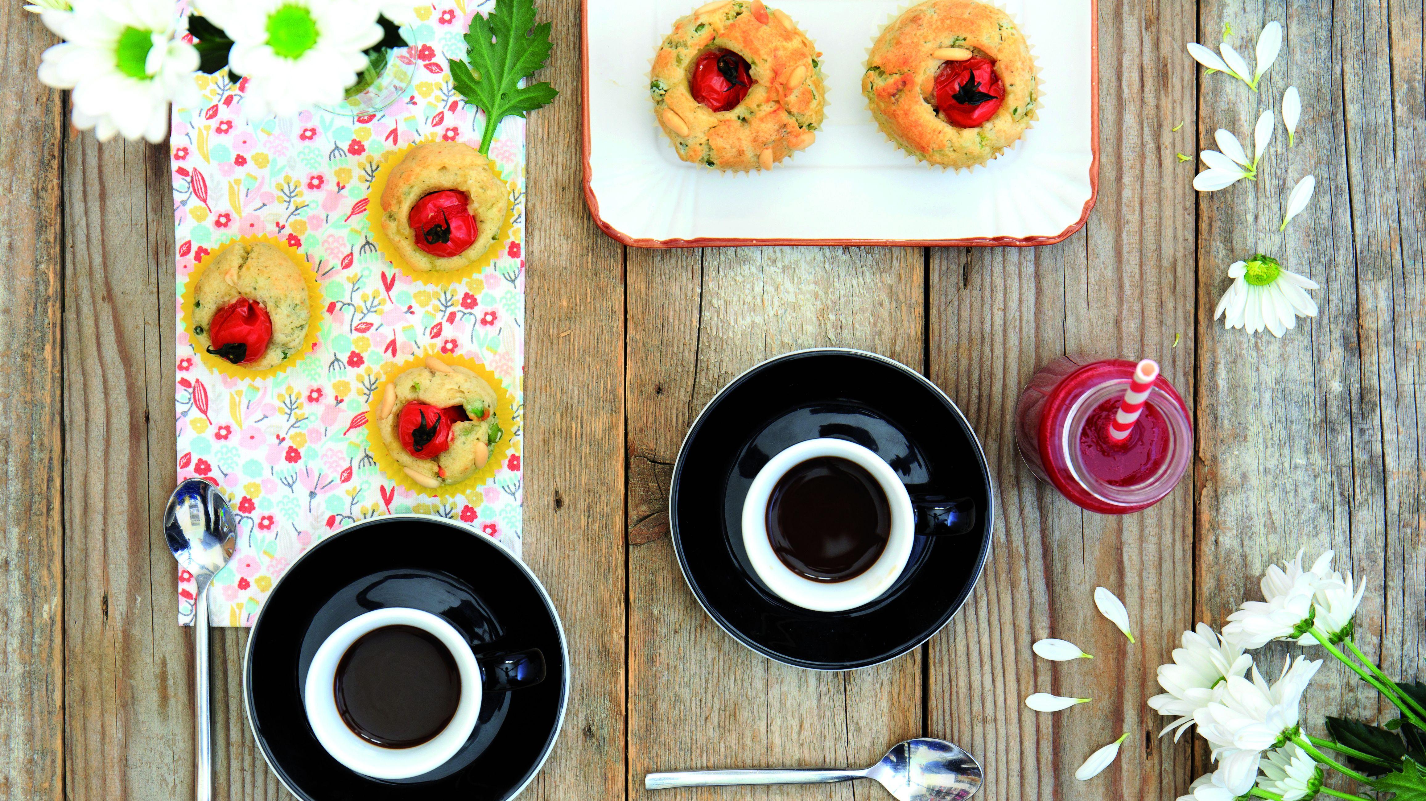 Muffin salati ai piselli con pomodorini e basilico