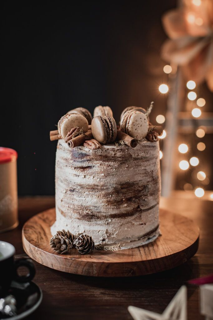 Multilayer Christmas cake with three chocolates, coffee frosting and pecans: Christmas becomes greedy!