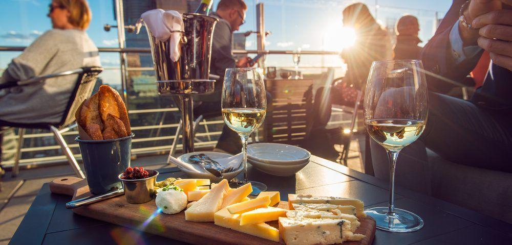 Perché agli italiani piace fare l'aperitivo al bar?