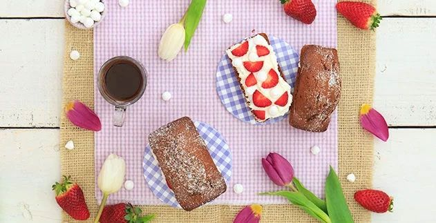 Plum-cake al cacao con fragole e panna
