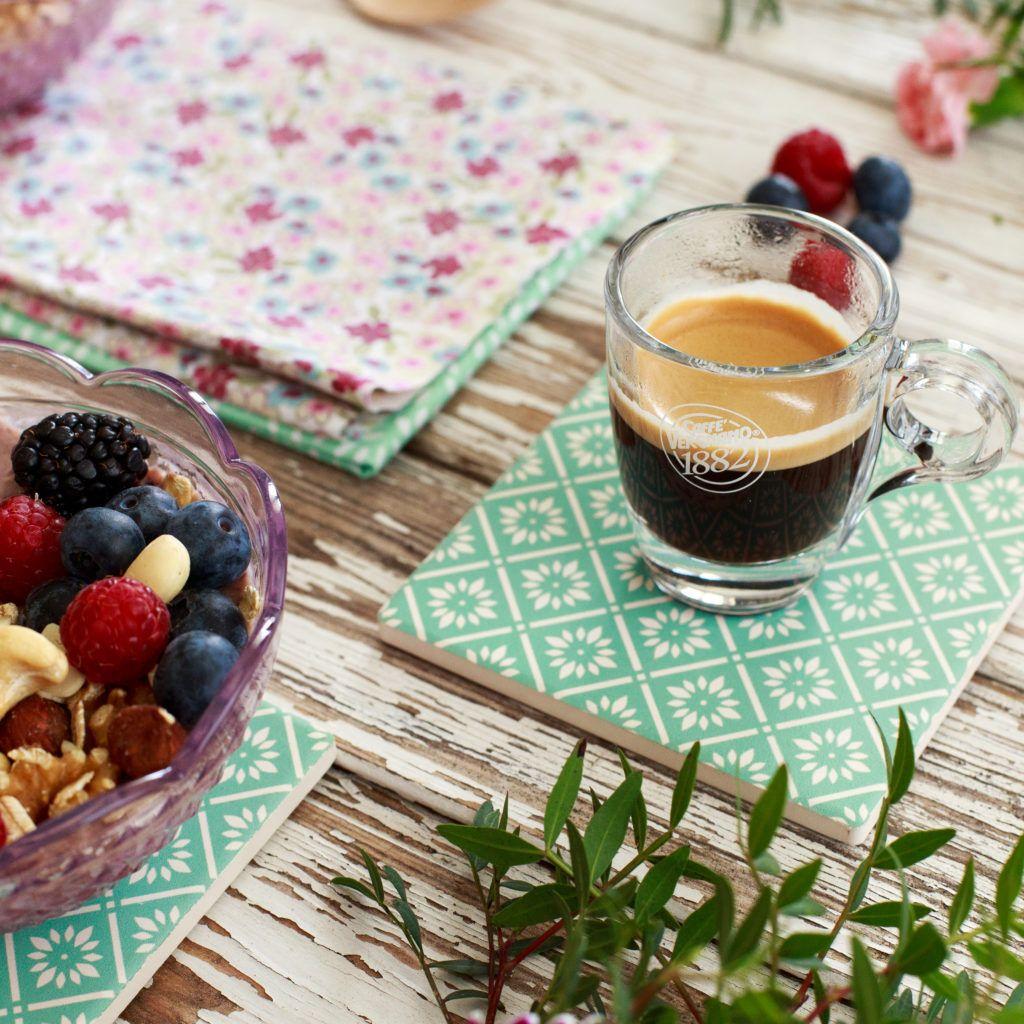 Porridge d'avena ai mirtilli e more