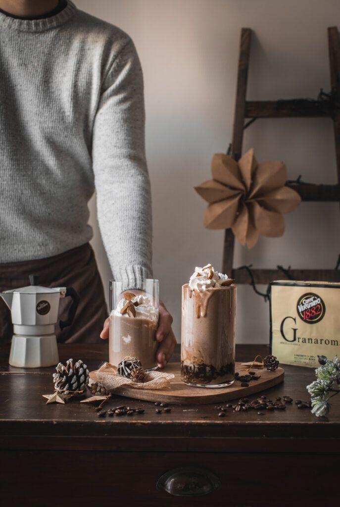 Smoothie al caffè e mousse alla vaniglia con mandorle croccanti