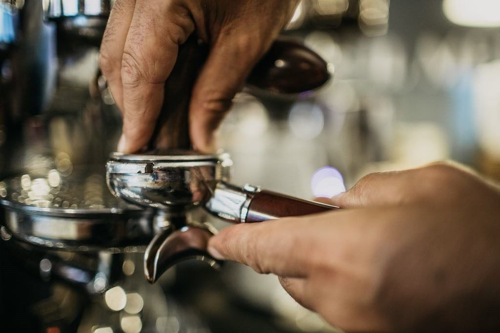 cosa serve per aprire un bar