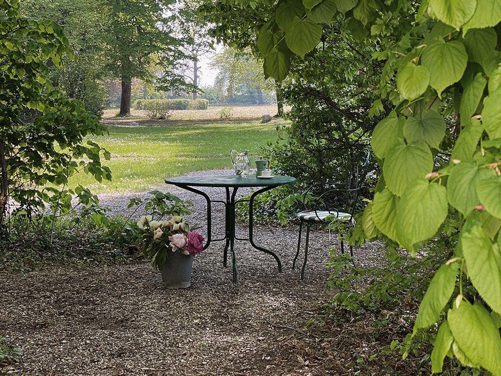 tavolino nel verde